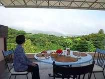 天候がよければテラスで朝食です。この方の時、虹を見ながらの贅沢でした