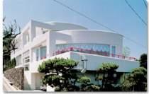 高台に建つ白いホテル。天気の良い日は海がよく見える。