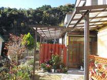 施設入口と中庭