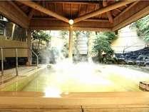樹齢300年以上高野槙を使用した露天風呂。お湯は美肌の湯♪