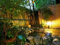 露天風呂付客室の一例。お部屋で温泉を堪能!