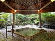樹齢300年の希少な高野槇を使用した露天風呂。美肌効果の高い温泉です。(※男性用)