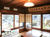 共有スペースの和室からお庭を眺めることができます。贅沢な時間。