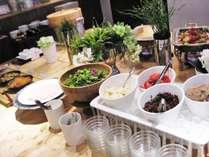 朝食では、さっぱりとしたサラダからたっぷりご満足頂けるカレーやポテトまで多数ご用意しています♪