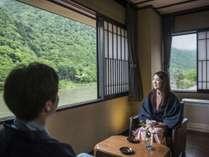【滞在イメージ】「本館・ベッドルーム」全室リバービューのお部屋から広大な最上川を眺めて過ごす