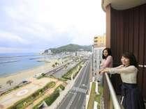客室バルコニーからの眺め。熱海サンビーチが目の前です。