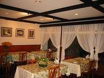 落ち着いたレストランでディナーをご用意。