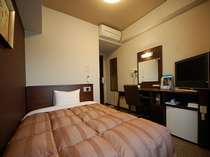 ☆シングルルーム:ベッドは140センチのセミダブルサイズ。全室LANケーブル完備。