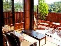 リビングからテラスをのぞむ。通常の客室は全てこのタイプになりお部屋ごとに庭の趣は異なる