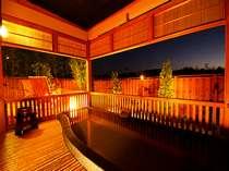 全室に備えられた24時間温泉入浴可能な露天風呂(個人で湯温調節可能)