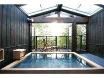 香り豊かな桧の湯船を設けた「宗家」の露天風呂。24時間温泉浴ができる