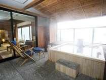 【露天風呂付・湖側】特別室 天の座スイート(客室一例)/檜の露天風呂から湖を眺めることができます。