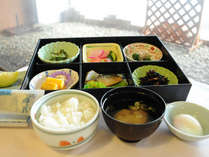 *【選べる朝食】和食セットメニュー。朝はしっかり食べて出発!温泉玉子や納豆などはセルフサービスです。