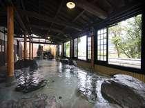 大浴場「ばらの湯」(男女日替り)。広い岩造りの湯舟は、熱めとぬるめの湯に分かれているので長風呂もOK
