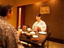 お食事処個室「梅鉢」での食事風景