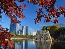 紅葉の大阪城お堀から望むホテル