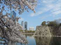 大阪城のお堀からホテルを望む。春には周辺の桜景色が広がります。