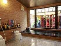 男風呂です。洗い場4つ湯舟は大人5名がゆったり入れます。