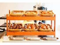 明るい店内で朝食をおたのしみください