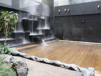 【露天風呂】都会の夜空を仰ぎつつ、心地よい湯に包まれ、ゆったりとお寛ぎください。