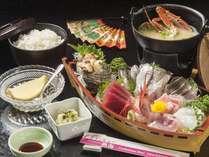 【夕食】お刺身の舟盛りにはカニ味噌汁やデザートも付きます