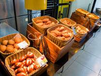 サクサクもちもちの焼きたてパン以外にも、和洋中バイキング形式やオリジナルドレッシング付サラダも充実♪