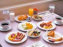和洋の種類豊富な朝食バイキング。お好きなものを召し上がれ。