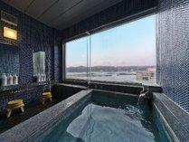 「展望浴場」のんびり湯船に浸かり、目の前の海が眺められる