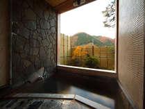 半露天タイプの貸切風呂。まるで絵のような山々の景色を望んで
