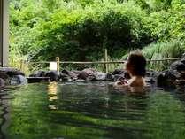 【夏の露天風呂】湯面に映り込む鮮やかな木々の緑が、心にも体にも染みる自然の力を与えてくれます