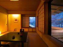 四季折々の眺めと露天檜風呂で、誰にも邪魔されないおふたりだけの空間を。