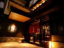 一の湯・柳並木に徒歩1分。城崎温泉のちょうど真ん中、木屋町通りの入り口に佇む全5室の宿