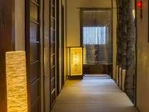 畳敷きの廊下を、和紙の照明が明るく照らし出す落ち着いた和の雰囲気。