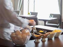 【クラブフロア専用ラウンジ】朝食 オーダーメイドの卵料理を提供するエッグステーション