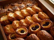 【オーシャンテラス】朝食では焼き立てのブレッドやデニッシュをご提供