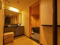 【和室スイート】洗面台、脱衣所も広めのバスルーム