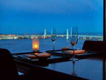 【レストラン眺望】ホテル最上階からは海を一望