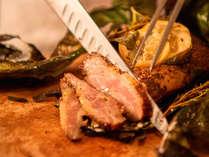 【オーシャンテラス】じっくりとローストした肉料理はシェフがカットしてご提供