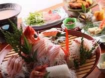 大杯盛りの磯魚、きんめのしゃぶしゃぶ、サザエ、自家栽培の野菜もふんだんに利用(夕食例)