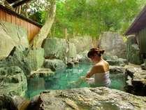 """大きな""""産婆石""""を使った天然岩露天風呂で、自然の緑や小鳥のさえずりを聞きながら、癒して下さい。"""