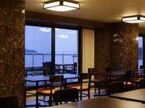 """お食事処""""波音""""窓からは波穏やかな七尾湾が広がります。"""