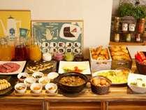 「健康朝食」をテーマに、自家製スムージーや季節に合わせた一品料理などを取り揃えております