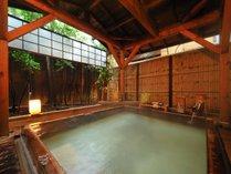 檜の半露天風呂。湯船の横には樽酒をご用意いたしております。