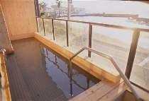 2階大浴場の半露天風呂からは橘湾が見渡せます。