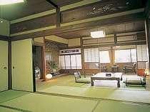 露天風呂付客室。本館にある2間続きの広めのお部屋です。