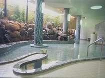 1階「山頭火の湯」、70年前の造形をそのままに改装したユニークな形状、魚の形をしています。