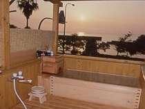 客室露天風呂の一例(檜風呂)。別に岩風呂の部屋があります。小浜自慢の温泉を堪能して下さいませ。