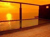 天空の湯に入りながらの夕日は最高のご馳走です。注)こちらは温泉ではございません。