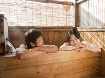 2人で仲良く入ってもよし。開放感溢れる檜の露天風呂