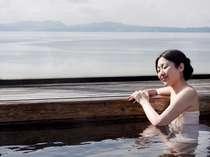 屋上露天風呂からは絶景の橘湾の夕景が広がる。